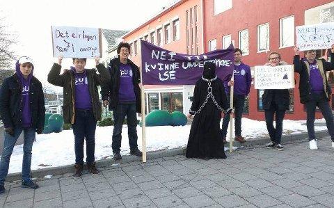 I 2016 ble Kassandra Eleni Bredrup Petsa kastet ut av 8. mars-toget i Bodø.