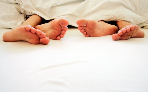 2006 Samliv. Par sammen. Mann og kvinne i sengen.  Ekteskap. Ektepar. Samboere. Par. Mann og kvinne sover sin søteste søvn. Harmoni. Menn og kvinner. Følelser. Parforhold. Seng. Soverom. Ungdom. Sex. Seksualitet. Natt.  Foto: Sara Johannessen / SCANPIX NB! Modellklarert