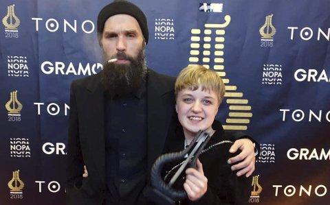 Feiret: Spellemann-vinner Ingeborg Oktober og produsent Erling Ramskjell poserer stolt med trofeet for viseplaten Skjømmingsboka. Foto: Privat