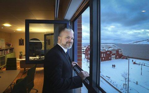 Fylkesmannen i Nordland, Tom Cato Karlsen, forstår kommuner som vil opprettholde strenge, lokale smitteregler.