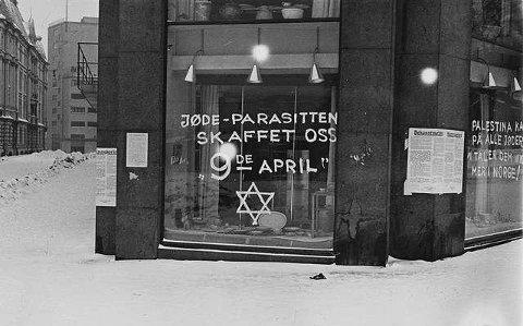 """""""Jøde-parasitten skaffet oss 9de april,"""" står det på en jødisk skredderbutikk i Oslo under andre verdenskrig. Den antisemittiske graffitien ble skrevet i 1941. """"Palestina kaller på alle jøder, vi tåler dem ikke mer i Norge!"""" er det tagget på et annet vindu."""