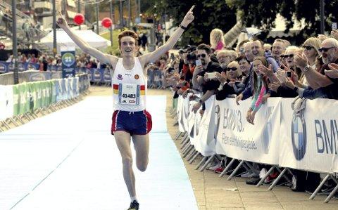 Marius Vedvik var suveren i Oslo Maraton, hans første konkurranse på distansen! Førde-gutten har bodd i Bergen i flere år, og løper for Gular, der han trenes av den gamle langdistansekongen Arne Risa. Vedvik har helt suveren inn mot mål i Oslo (bildet). Foto: NTB scanpix