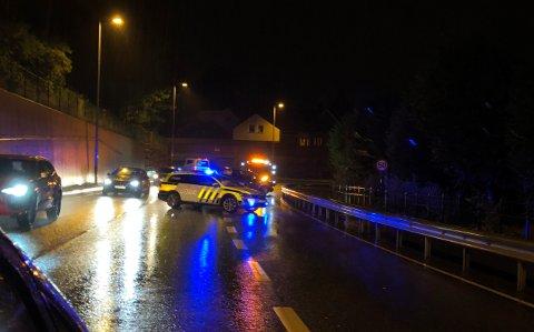 En bil krasjet i autovernet i Osvegen søndag kveld.
