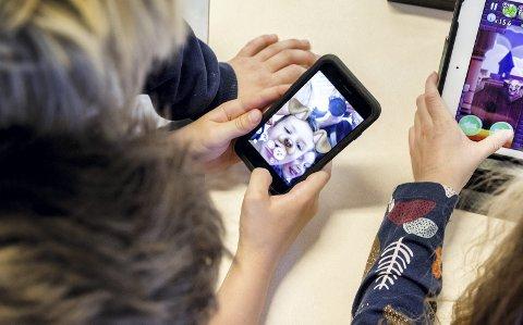 – Mange barn kan være modne nok til å ha det sosialt og gøy med filtre og sende fine snapper til slekt og venner, men er de modne nok til hele pakken sosiale medier? Illustrasjonsfoto: GORM KALLESTAD / NTB SCANPIX