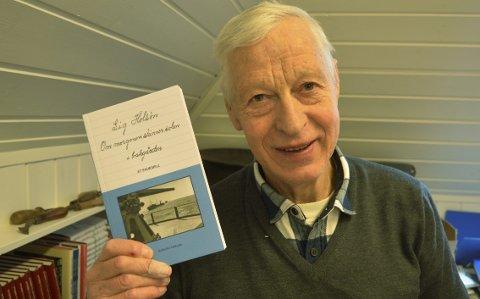 Edgar L. Bødtker kan være stolt over hvordan han har tatt vare på arven etter onkelen. Her er skuespillet i boks form. (Foto: TOM R. HJERTHOLM)