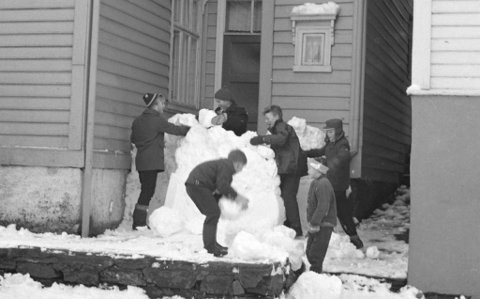 Dette byggelaget foreviga Gustav Brosing den 5. februar 1962 utanfor Nordnesgaten 30 A og B. Snøhytta er bygd etter den erketradisjonelle «snøballmetoden» – vår mest utbreidde snøhyttemetode. I dette tilfellet må bygginga ha gått fort med tanke på talet handverkarar og det gode humøret.