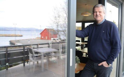 Fjordterrassen i Østhusvik: Kjetil Mehus åpner et nytt tilbud i hotellet sitt i Østhusvik i palmehelgen rett før påske. Dette håper de skal bli en fin møteplass med servering av kjappe småretter og blant annet softis.