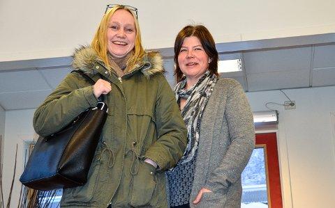 FORNØYDE: - Det var godt å høre at flertallet i formannskapet støtter oss foreldre, og krever at administrasjonen må gjøre en ny utredning av skoledagsordningen, smiler Caroline Gulsvik (t.v.) og Laila Mona Hvila.
