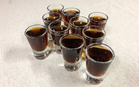 RUSSEKNUTE: Drikker du ti shots på ett minutt vil du ende med en rørepinne i russelua. Dette er én av flere alkohol-relaterte knuter Buskerud-russen kan velge å prøve seg på i år.