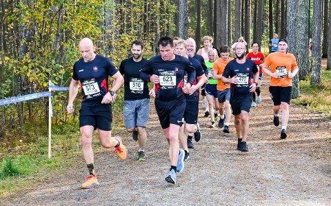 STAUTE KARER: Cato Ludvigsen, Per Martin Lund, Terje Jacobsen, Jon Anders Vollan, Svein Erik Thon og Torbjørn Søgaard fullførte Furumomila for Modum brannvesen.