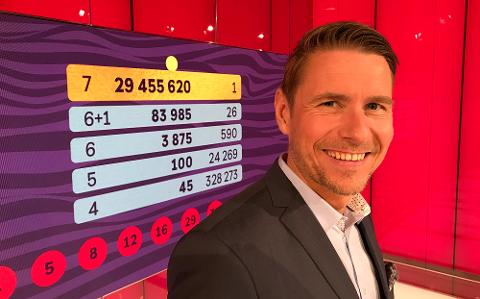 ALT TIL BJERKREIMBUEN: Programleiar Reidar Buskenes avslørte at bare éin spelar hadde sju rette i gulltrekninga 17. august.