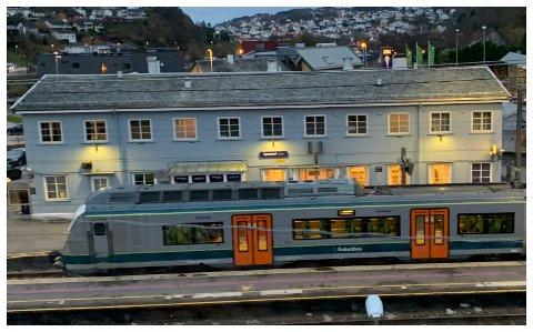 FLYTTER INN: Høiens Trafikkskole leier lokaler av Bane NOR. Kjøreskolen håper å kunne flytte inne på jernbanen allerede 1. februar.