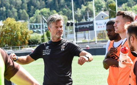 ENGASJERT. MIF-trener Vegard Hansen hadde mye å melde tilbake til spillerne etter Lillestrøm-kampen, og før møtet med Brann søndag.