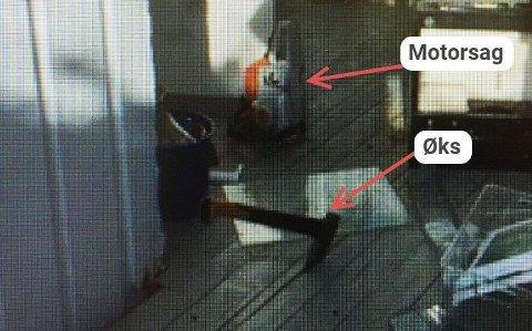 Øksa sto fortsatt i terrassegulvet da politiet kom. Bak står motorsaga.