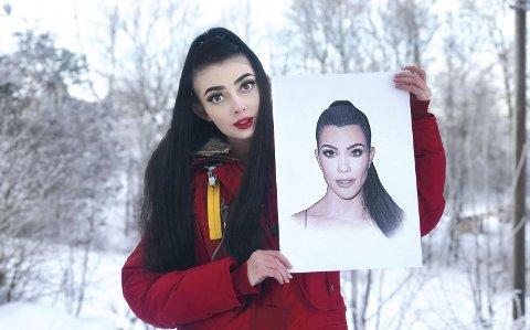 Kreativ: Silje Nintelle Hansen Surland fikk sin første jobb som designer allerede som 13 åring. Her holder hun opp sin tegning av Kourtney Kardashian.