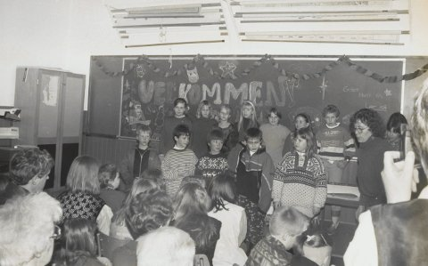 Avslutning:  Elevane ved Brandsøy skule heldt fest for seg sjølve, foreldre og andre frammøtte ved gamleskulen siste skuledagen før jul i 1993.  Her er nokre av dei samla framfor tavla. Til høgre lærar Tone Aasrud.