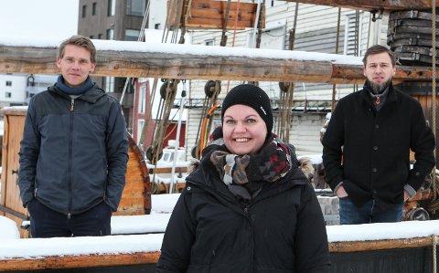 SEGLTOKT: Jo Dale Pedersen, Jorunn Reisæter og Ove Henning Smelvær klargjer no for strandryddetokt med «Svanhild» til somaren.