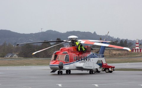 Norske helikopter av denne typen er sett på bakken inntil vidare. Dette bildet er tatt på Flesland i Bergen.