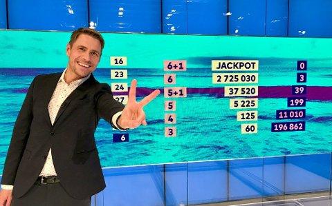 MILLIONÆR: Ein mann frå Fjaler vann 2,7 mill. i Vikinglotto onsdag kveld.  Programleiar Reidar Buskenes delte ut 2,7 mill. til to heldige spelarar.