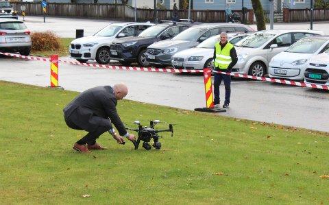 LEVERT: Administrerande direktør Arve Varden tok mot den første blodprøva sendt med drone.