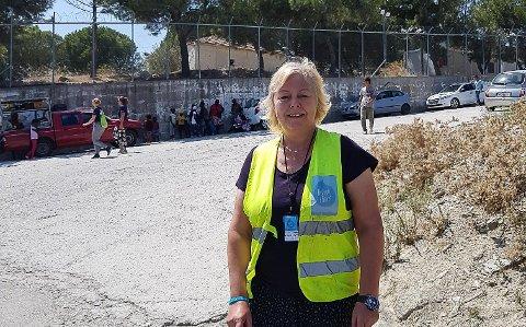HJELPER FLYKTNINGAR: Monica Skilbrei utanfor flyktningleiren Moria, eit nedlagt fengsel på øya Lesvos i Hellas.