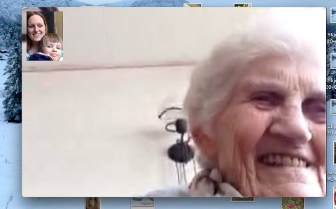 Nordis Bortheim (89) håpar fleire eldre kan få bruke Facetime til å kjenne seg mindre einsame. Her i samtale med journalisten på heimekontor.