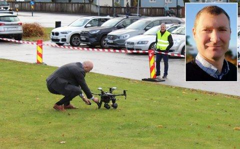 FØRSTE PRØVA: Administrerande direktør Arve Varden tok mot den første blodprøva sendt med drone i oktober i fjor. Børre Eimhjellen innlemma oppe til høgre.