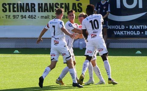 TOK LEIINGA: Andreas Hoven blei tiljubla av lagkameratane etter å sendt Sogndal i føringa mot Raufoss etter 17 minutt.