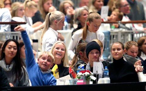 Prinsesse Märtha Louise gjør comeback på hesteryggen under Oslo Horse Show på Telenor Arena lørdag kveld. Kronprinsesse Mette-Marit var tilstede som tilskuer sammen med sin sønn Marius Borg Høiby og hans kjæreste Linn Helena Nilsen.  T.v. Prins Sverre Magnus. I bakgrunnen kronprins Haakon.