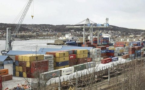 Omstridt plassering: Containerhavna i Moss ligger i sentrum, vestvendt, nær boområder og jernbanestasjon. Arkivfoto: Moss Avis