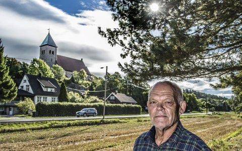 Sier nei: Leif Holt, leder i Fredrikstad kirkelige fellesråd, reagerer på NVEs tillatelse til å bygge kraftlinje i Kråkerøy-landskapet. Linjen er plassert langs veien, like ved kirken og gravlunden. Torsdag skal formannskapet si sitt om plasseringen av linjen. Foto: Geir A. Carlsson