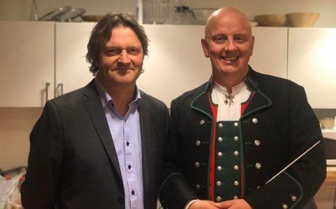 Hans Andreas Kjølberg (t.v) og Borge Musikkorps sin faste dirigent Frode Amundsen (t.h) hadde kontroll på nervene i forkant av søndagens konsert.