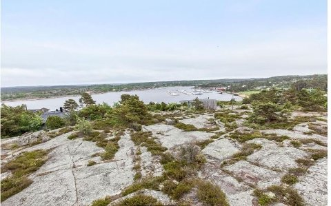 Hytta har  flott utsiktstomt og relativt kort vei til sjøen.