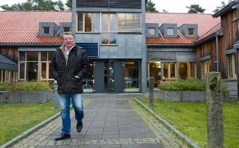Eivind Borge, ordfører i Hvaler kommune, mener det går med altfor mye tid  til interne møter. Han mener det fører til for dårlig tilgjengelighet og feil ressursbruk.