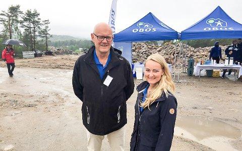 Prosjektsjef Carl Christian Birkeland og prosjektmegler Karianne Jensen var glad forlk trosset regnet og kom til tomtevisningen i Begbyåsen søndag formidag.