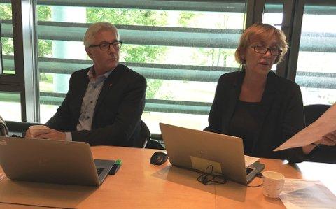 ORIENTERTE: Kommunalsjef Kari Sørum var stedfortreder for en ferierende rådmann Ole Petter Finess i formannskapet torsdag. Hun orienterte om feilinformasjonen om oversendelse av dokumenter til varslerne, og om den vanskelige arbeidssituasjonen i arkivet om dagen. Her fra siste møte i kontrollutvalget.