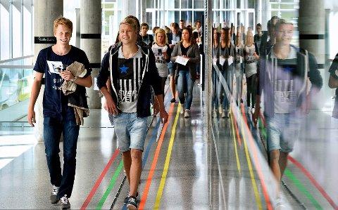 Anbefaling på veien: Høyskolelærerne Maktabi og Persson råder studenter til å velge interesserer fremfor penger. Foto: HiØ