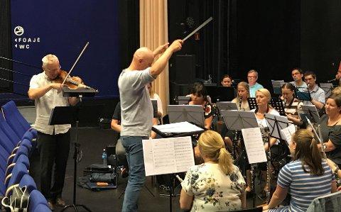 Borge Musikkorps gjør de siste forberedelsene før sommerkonserten i Domkirken 9. juni. Her fra øvelsen med en av solistene, fiolinisten Ole Hermann Huth.