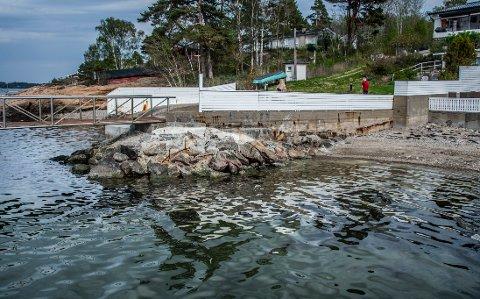 - ALTFOR BRATT: Moloen i dag er omrent 45 grader, kanskje noe slakkere, ifølge sivilingeniør Tore Lundestad. Med 60 grader vil stenen rase ut, sier han.