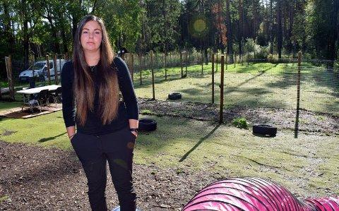 BEKYMRET: Cathrin Kolberg (31) har holdt Hundebarnehagen i Østfold på Grålum stengt siden onsdag i forrige uke på grunn av hundesykdommen som herjer landet. – Alle hundeeiere er kjempebekymra, sier hun.