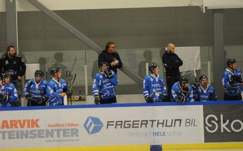 Niko Eronen, til høyre bak, så Narvik vinne første treningskamp i sudden.