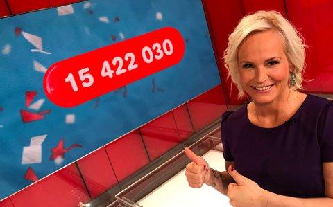 PENGEDRYSS: Lotto-programleder Ingeborg Myhre gir to tomler opp for den store premien. Foto: Norsk Tipping.