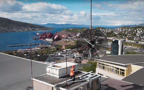 En heisekran måtte til for å få den nye bakkestasjonen på plass, og arbeidet ble filmet av en drone.