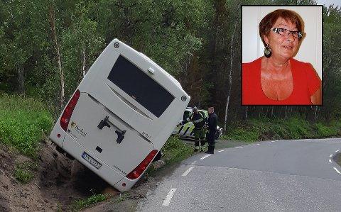 HELT JÆVLIG: Det var mannen til Frid Schöttker, Tor Hundstad (65), som kjørte bussen som havnet utenfor veien på Kjeldebotnveien. – Det er ikke ofte jeg blir sint, men det har vært helt jævlig, sier hun om ryktene.