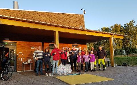 MANGE BIDRO: Her ser vi blant annet familien Linn og Morten Fagerberg samt Merete Mikaelsen sammen med sine barnebarn. De er noen av dem som sørget for rene strender i Horten.