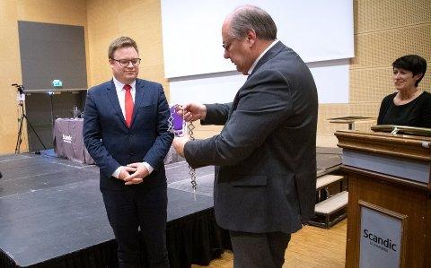 NEGATIVE: Even Aleksander Hagen ble den første fylkesordføreren. Hadde befolkningen i Oppland og Hedmark fått bestemme, ville det ikke blitt noe storfylke, ifølge tallene i InFacts meningsmåling. Til høyre fylkesvaraordfører Aud Hove.