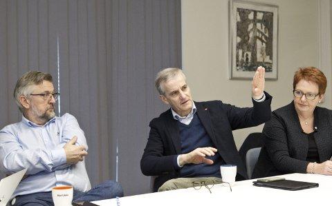 PÅ BESØK: Ap-leder Jonas Gahr Støre besøkte lokale partifeller – og fikk en gjennomgang av hvilke saker Kongsvinger ønsker rikspolitisk drahjelp for å kunne gjennomføre. Ordfører Sjur Strand (til venstre) og ordførerkandidat Elin Såheim Bjørkli deltok også i diskusjonen. FOTO: OLE-JOHNNY MYHRVOLD