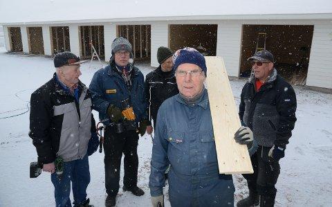 STÅR PÅ: Fra venstre ser vi Cato Beck, Terje Olav Sundeng, Tore Strand,  Trygve Pettersen og Arve Mellem med det nye garasjebygget i bakgrunnen.