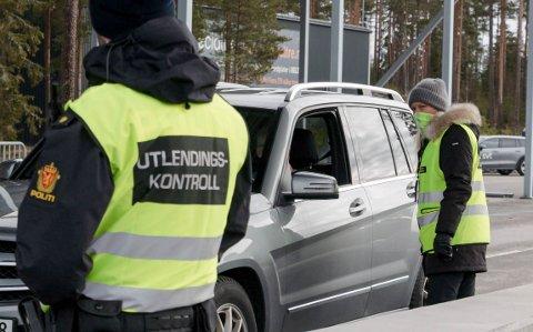 EKSTRA KONTROLL: Alle  trafikanter som krysser grensa ved Magnormoen blir stanset for kontroll av politi og toll - og må svare på hvor de har vært, og hvor de skal.
