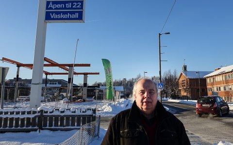 IKKE ENIG: Per Roar Bredvold var ikke enig i at kommunen skulle kjøpe tomta i bakgrunnen.